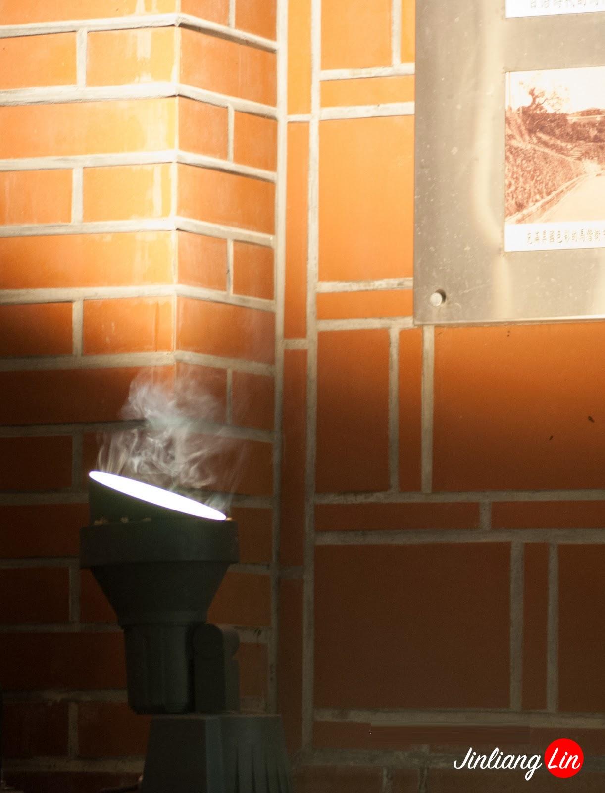 a spot light in front of Tamsui Church 白蟻(大水蟻)|淡水馬偕街(淡水禮拜堂)|20120607