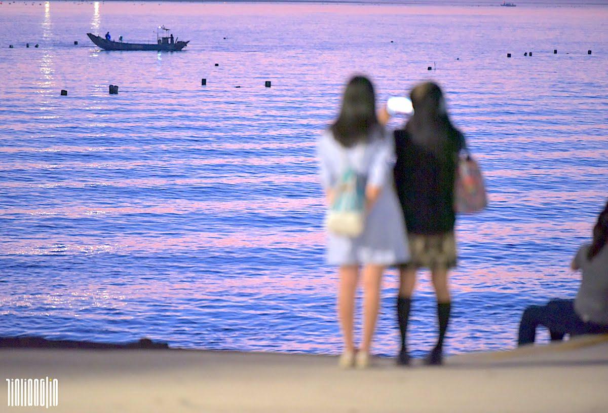 淡水河畔的兩名年輕少女